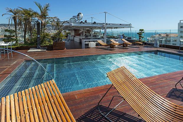 Cách bãi tắm Sitges hai phút đi bộ, khách sạn cũng có bể bơi trên tầng thượng.
