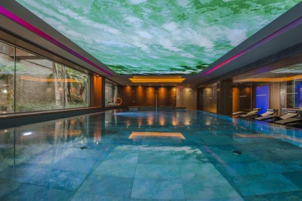 """Bể bơi mái nước độc đáo của khu spa là một trong những góc """"sống ảo"""" được nhiều khách yêu thích."""