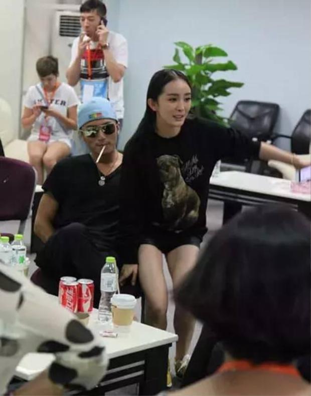 Mượn ghế ngồi chung với Tạ Đình Phong