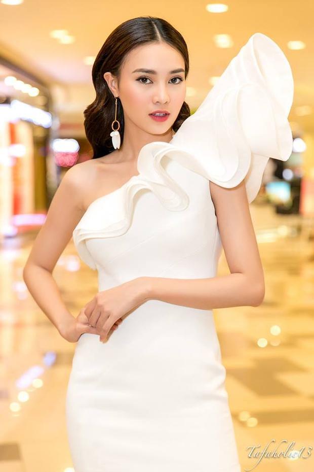 Thiết kế độc đáo với tông trắng đơn sắc giúp người đẹp nổi bật tại sự kiện. Việc lựa chọn phụ kiện hoa tai bản lớn đồng tông là điểm nhấn nhá cho tổng thể.