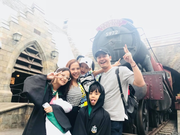 Gia đình MC Phan Anh trong trang phục của ngôi trường phù thủy nổi tiếng Hogwarts. Cả nhà đang có chuyến du lịch dài ngày sau một năm học tập và làm việc chăm chỉ.