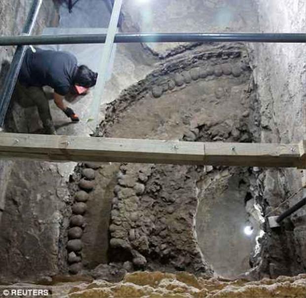 """Nhóm nghiên cứu nói rằng ngọn tháp tìm thấy chỉ là đỉnh của """"tảng băng trôi"""" và """"tháp sọ"""" chỉ là một phần nhỏ của một màn hình hiển thị lớn những hộp sọ được gọi là Huey Tzompantli, có kích thước của một sân bóng rổ."""