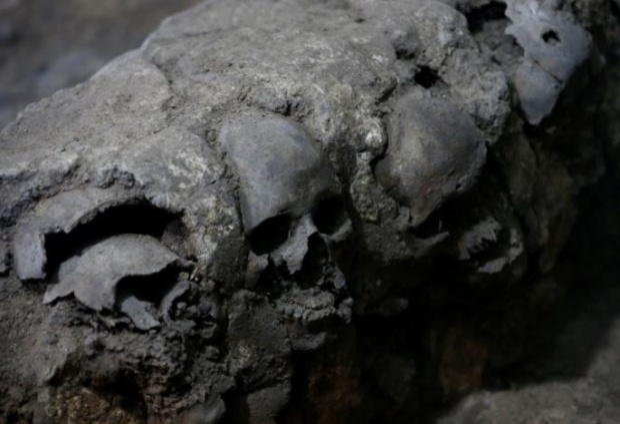 Sau đó, những hộp sọ được đặt trên giá treo. Thời gian trôi qua, những hộp sọ tiếp xúc với nắng mưa sẽ bắt đầu nứt vỡ thành từng mảnh, mất răng và thậm chí là cả hàm răng. Lúc này, các linh mục sẽ lấy hộp sọ xuống, thêm vữa vào rồi đặt xung quanh hai tháp hộp sọ bên cạnh giá đỡ. Theo một số ghi chép của một số người từng chinh phạt Tây Ban Nha, hai ngọn tháp này được xây theo cấu trúc giống kim tự tháp và mỗi bên có khoảng 130.000 hộp sọ.