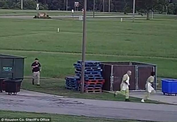Hai tù nhân lợi dụng lúc nhân viên giám sát không để ý đã cùng nhau chạy trốn