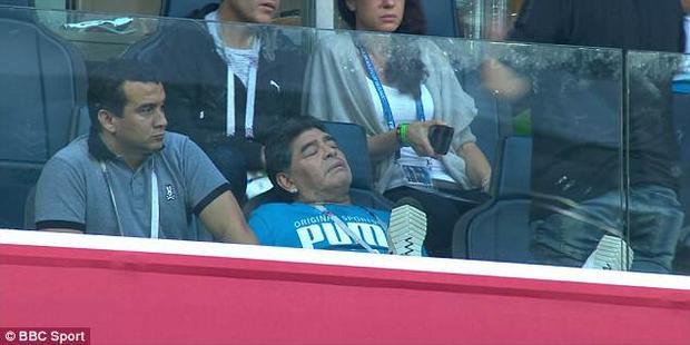 Maradona có mặt tại chỗ ngồi VIP để chứng kiến các hậu bối thi đấu. Ảnh: BBC Sport