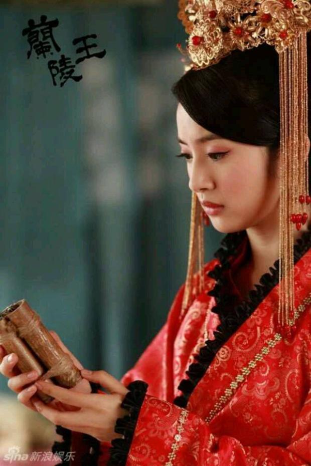 Lâm Y Thần diện váy cưới trong Lan Lăng vương