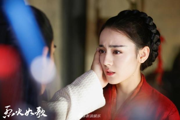 Không phục sức cầu kỳ, Nhiệt Ba vẫn là một trong những cô dâu cổ trang đẹp nhất