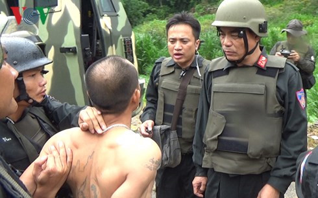 Các trinh sát bắt giữ người có liên quan đến vụ việc (Nguồn: VOV)