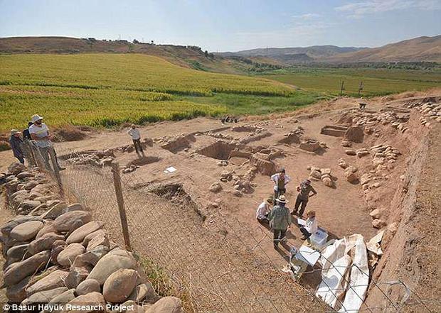 Hàng loạt ngôi mộ bí ẩn được tìm thấy ởBaşur Höyük, Thổ Nhĩ Kì. Ảnh: DailyMail
