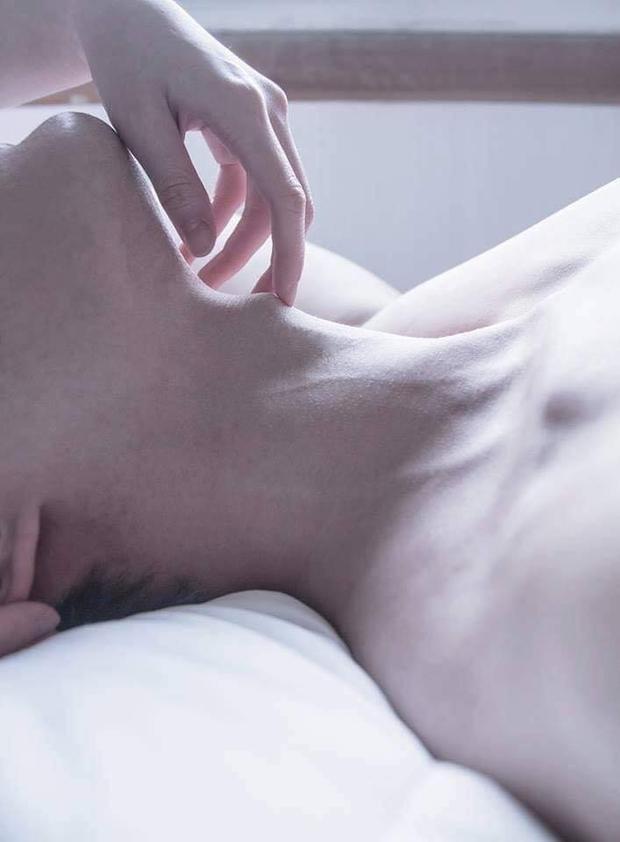 Haii chàng trai đều thu hút bởi những đường nét 'chết người' của cơ thể