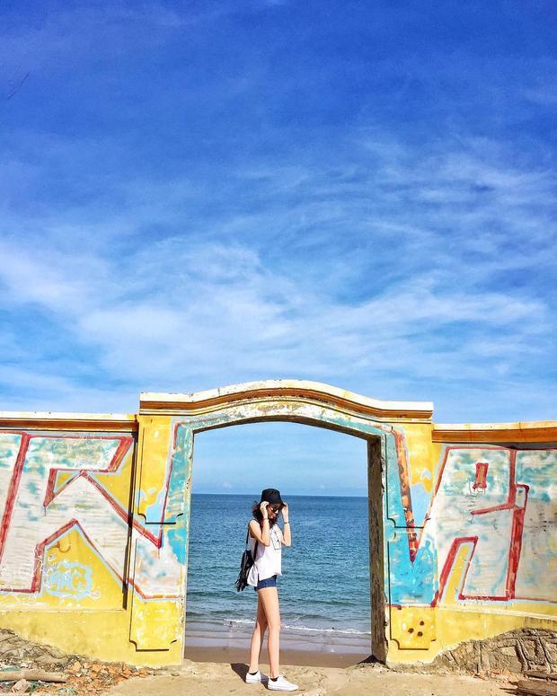 Cách đi tới mũi Nghinh Phong: Đối diện xéo tượng chúa dang tay có quán cafe bỏ hoang, tiếp tục đi vào đường đó là thấy bậc thang này đi xuống biển. - Ảnh: @hiien
