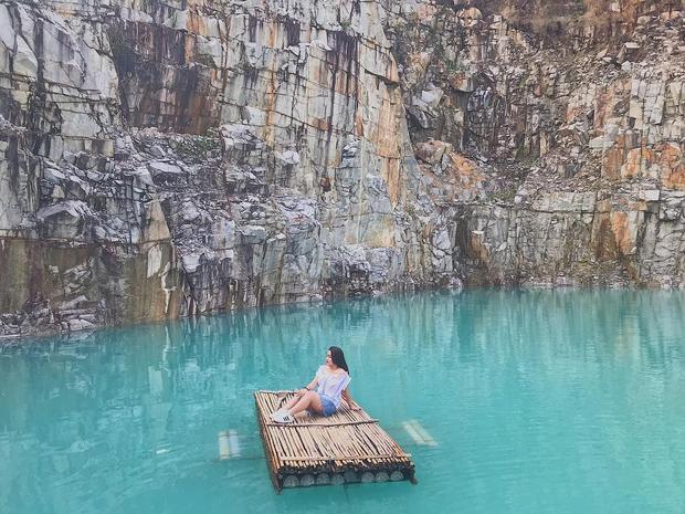 Nằm trên đường lên núi Dinh, bên trái có nhiều hồ khai thác đá trải dài từ Bà Rịa đến Châu Pha, hồ đá xanh là điểm chụp hình độc đáo thích hợp cho các bạn trẻ đam mê sống ảo. - Ảnh: @lemynhan