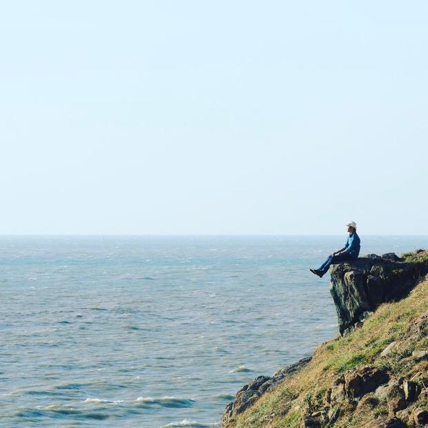 Nghinh Phong mang vẻ đẹp hoang sơ của rừng núi và phóng khoáng của biển cả. Tuy cảnh đẹp nhưng khi đến đây chụp hình, du khách cũng nên cẩn trọng bởi các mỏm đá ở đây khá nguy hiểm. - Ảnh: @hiepsicoi