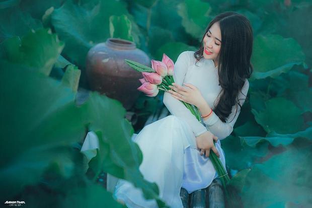 Ngoài việc làm mẫu ảnh, cô nàng xinh đẹp Hà Trang còn có đam mê rất lớn với múa dân gian. Môn nghệ thuật này giúp nữ sinh Nam Định giữ được thân hình cân đối, dẻo dai và thần thái thu hút trên gương mặt.