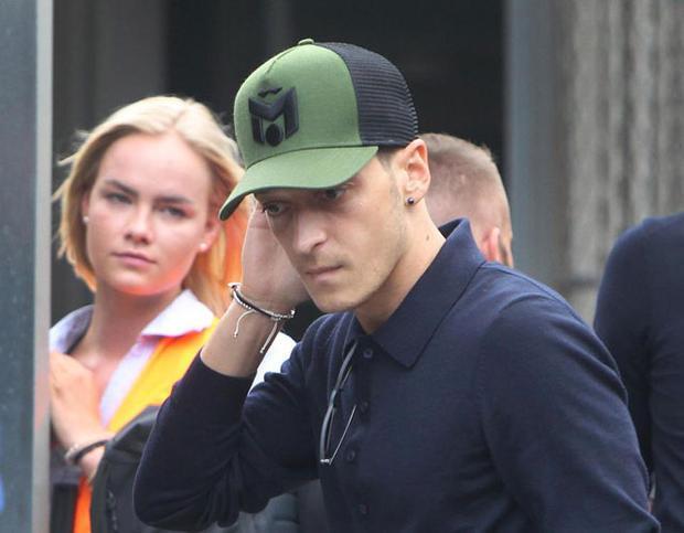 Mesut Ozil, một trong những cầu thủ của ĐT Đức bị chỉ trích nhiều nhất về nước với gương mặt buồn bã.