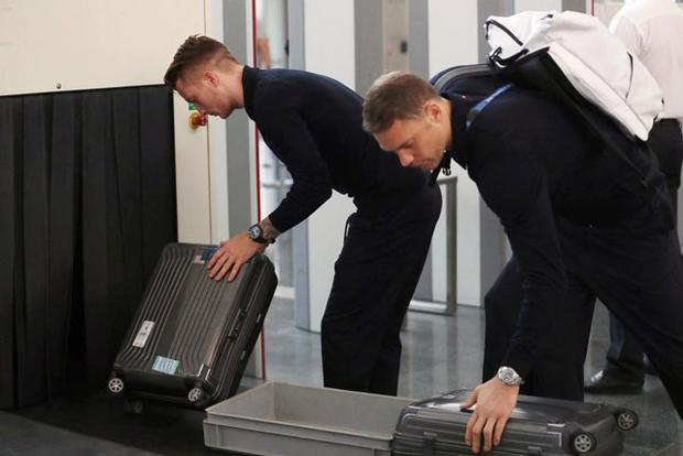 Marco Reus và Manuel Neuer kiểm tra an ninh hàng hóa tại sân bay Vnukovo.