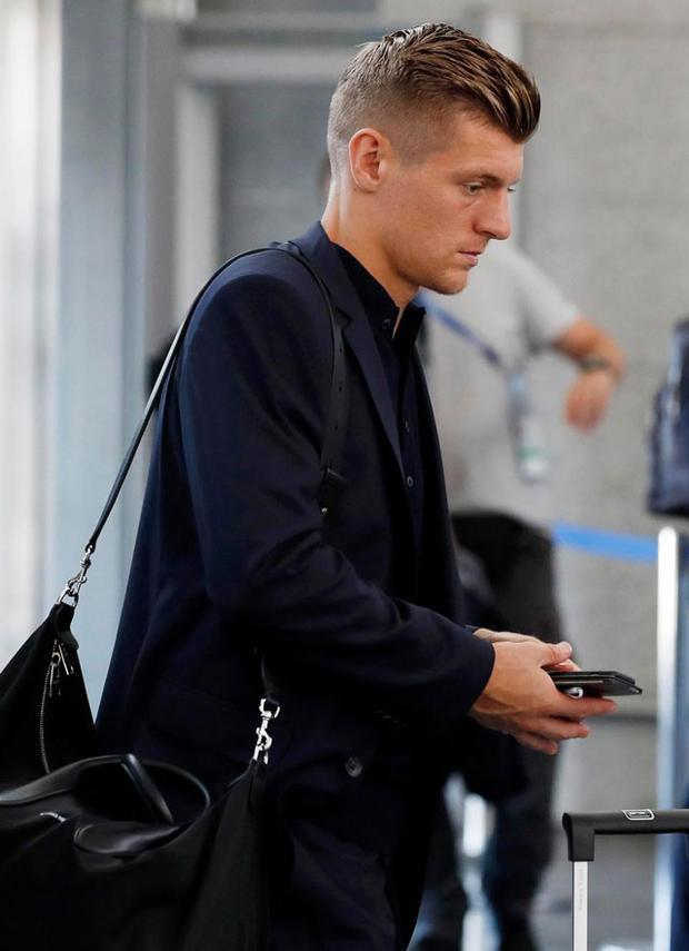 Toni Kroos buồn bã rời sân bay.