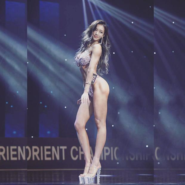 """Lee Yeon Hwa từng giành quán quân trong cuộc thi thể hình""""The MaxQ MusclemaniaFitness Korea Championship"""" (cuộc thi do Hàn Quốc tổ chức, với sự tham gia của nhiều vận động viên thể hình châu Á)dành cho phái nữ."""