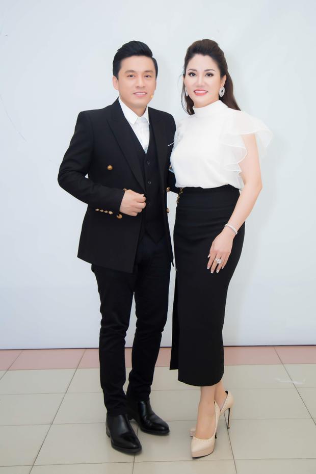 Chủ tịch Đặng Thị Xuân Hương và HLV Lam Trường.
