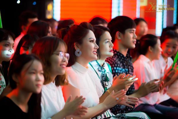 Dù đứng sau sân khấu, nhưng Chủ tịch Đặng Thị Xuân Hương luôn hỗ trợ các bạn thí sinh, sát sao từ đường nét tỉ lệ khuôn mặt cho đến diện mạo.
