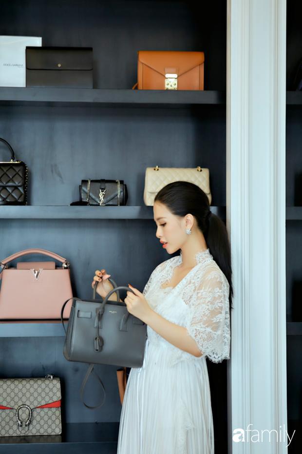 Kệ túi hiệu của Trang Pilla có thiết kế tương đồng với kệ túi của Bảo Thy. Tuy nhiên cô chọn màu sơn đen trắng cho kệ, thay vì trắng xám như kệ của em chồng.