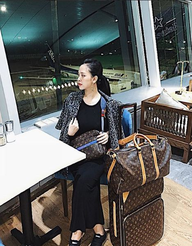 Trang Pilla đầu tư cả set vali du lịch hiệu để vi vu khắp nơi.