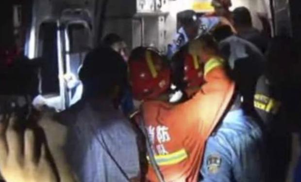12 nhân viên phải tốn 3 tiếng mới đưa được chàng trai nặng 200 kg tới được bệnh viện.