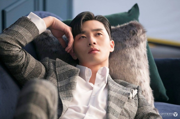 Vẻ ngoài phong độ và điển trai ngời ngời của Park Seo Joon.