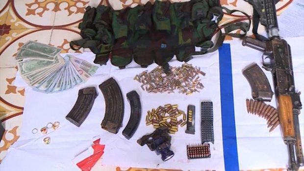 Một số vũ khí thu được trong nhà đối tượng (Ảnh: ANTĐ)