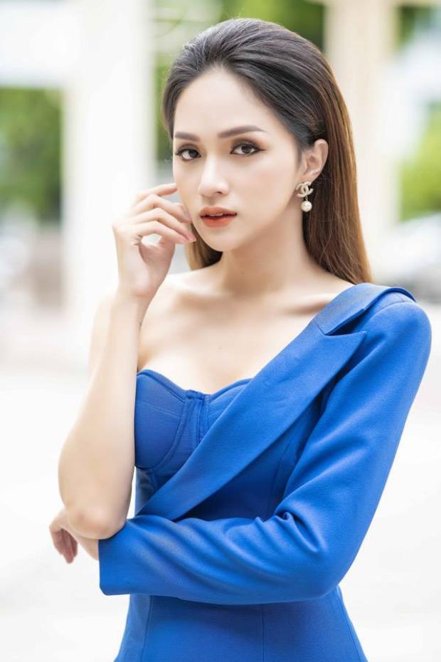 Hương Giang khoe tối đa lợi thế sắc vóc cùng làn da trắng như tuyết của mình. Có thể thấy màu xanh da trời khá phù hợp với người đẹp. Đây là một thiết kế của nhà tạo mốt Lê Ngọc Lâm.