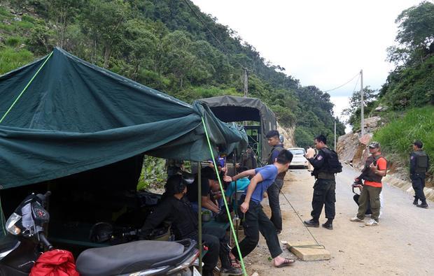 Nhiều tổ công tác chốt chặn ở lối độc đạo đi vào khu vực bản Tà Dê. Ảnh: VNE.