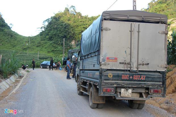Chiếc xe tải của một công ty ở Hà Nội vào khu vực Tà Dê nhập hàng nhưng bị cảnh sát chặn lại khiến tài xế buộc phải quay ra. Ảnh: Zing.vn