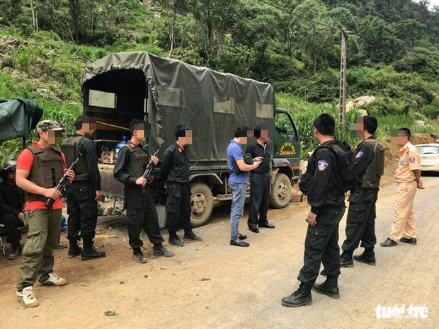 Cảnh sát trực 24/24 trên con đường dẫn vào bản Tà Dê, xã Lóng Luông. Ảnh: Tuổi Trẻ Online.