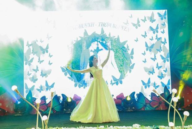 Cô dâu đích thân thể hiện bài múa.