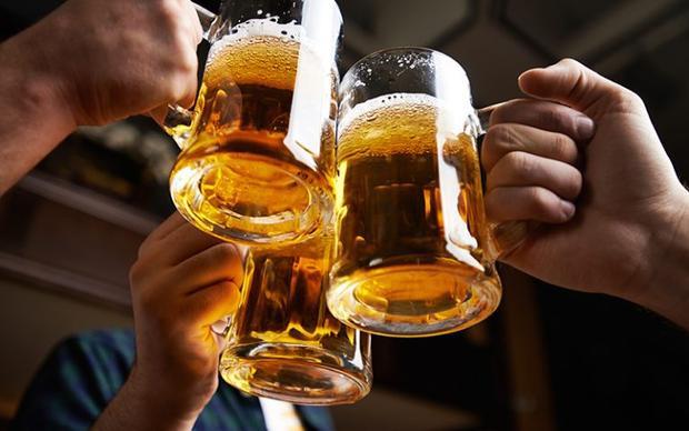 Yang còn thường tự thưởng cho mình một vài cốc bia lạnh mỗi đêm. Ảnh minh họa