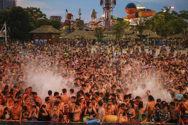 Hãi hùng biển người ken đặc ở công viên nước Trung Quốc do nắng nóng 1