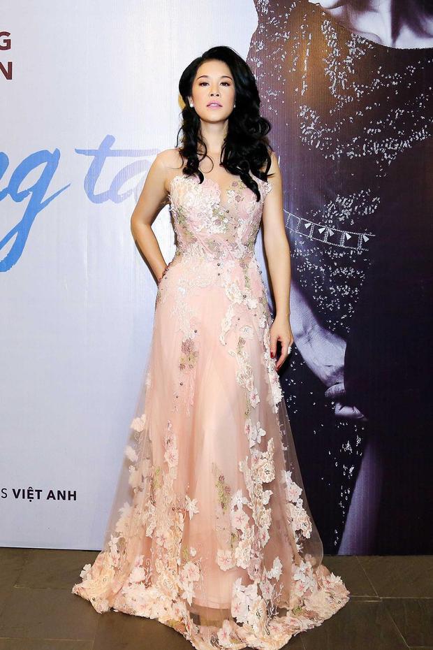 """Cách chọn trang phục phù hợp không gian sự kiện, đồng thời hợp xu hướng giúp giọng ca """"Đêm nằm mơ phố""""được đánh giá là có gu thời trang ổn định trong showbiz."""