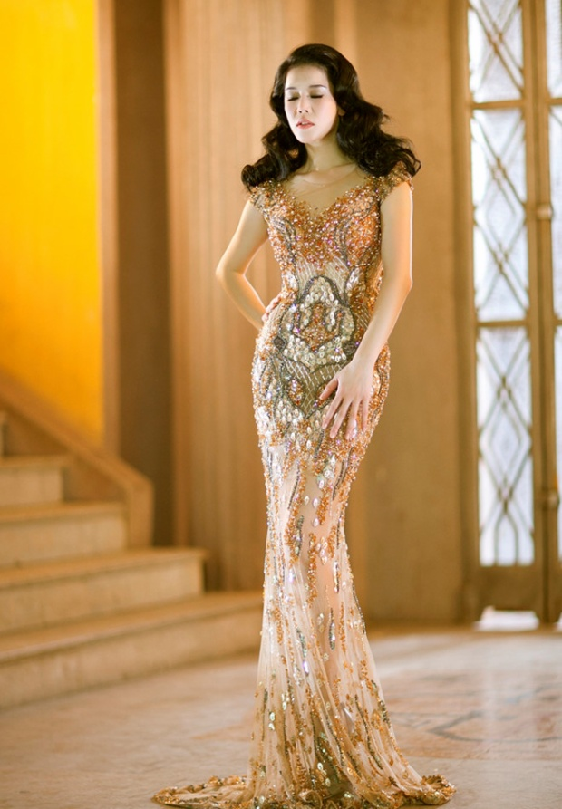 Thu Phương nổi bật với đầm dạ hội đính đá tông vàng sang trọng, kết hợp kiểu tóc uốn retro của thập niên trước của nhà mốt Việt.