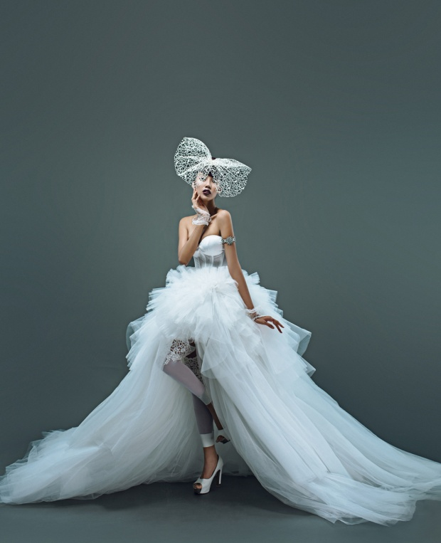 Lan Khuê hóa thân thành một cô dâu hiện đại đầy nóng bỏng, ma mị và có phần táo bạo, khác với những kiểu dáng váy cưới quen thuộc.