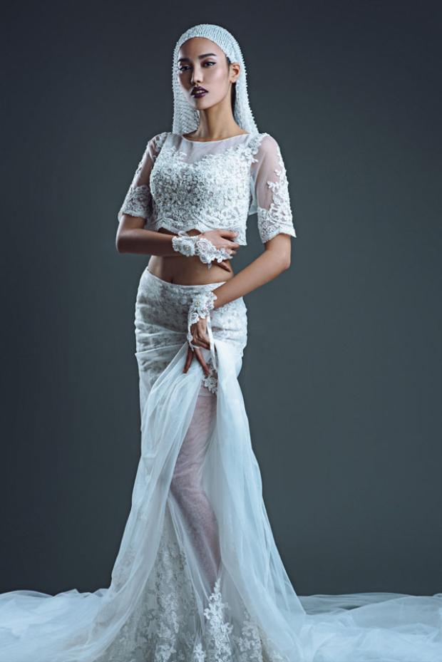 Mẫu váy cưới bằng chất liệu ren xuyên thấu được cách điệu từ trang phục nội y, kết hợp cùng băng-đô và khăn voan mang lại vẻ ma mị và quyến rũ khó cưỡng cho những cô dâu không ngần ngại phô diễn nét đẹp của cơ thể.