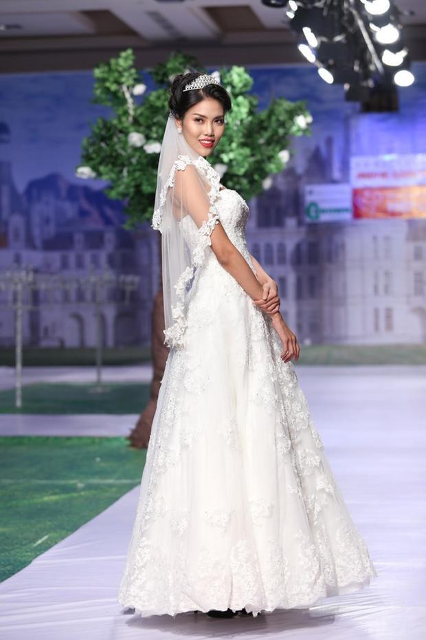 Mỗi lần diện váy cưới, Lan Khuê lại khiến biết bao chàng trai xao xuyến. Lan Khuê từng nhiều lần đảm nhận vai trò vedette trong các show diễn thời trang áo cưới tầm cỡ.