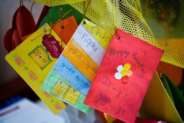 Phòng làm việc của thầy Khang không có huy chương, chỉ có những tấm thiệp học sinh viết tặng. Ảnh:Quỳnh Trang.