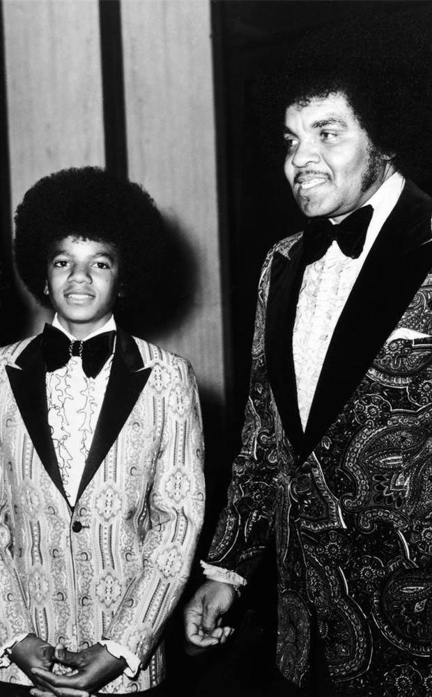Hình ảnh Michael Jackson hồi còn bé và ông Joe Jackson.