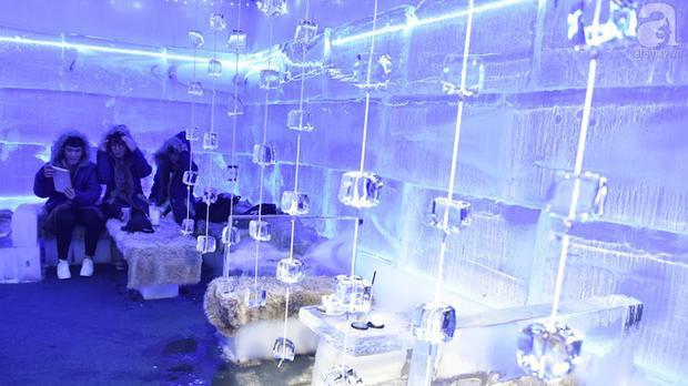 Toàn bộ quán được làm bằng băng lạnh tạo nên một không gian rất lạ.