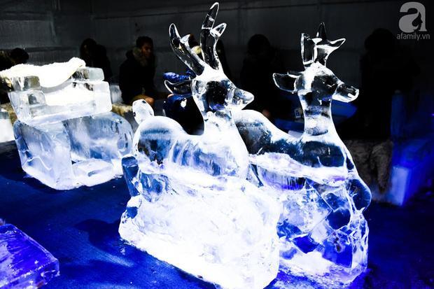 Những trang trí trong quán cũng đều được làm từ băng.