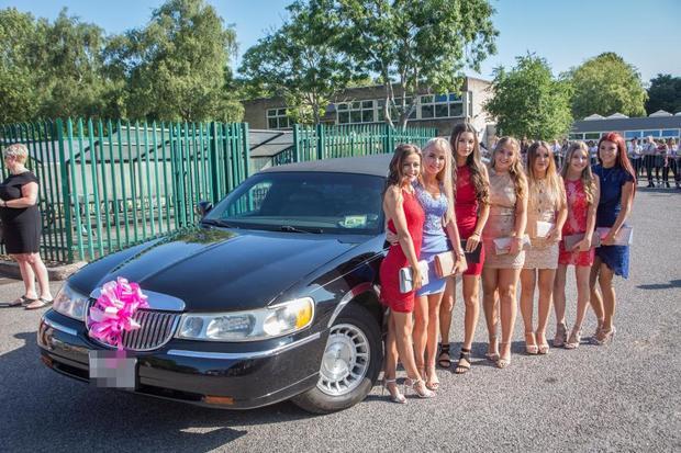 Ngoài dàn siêu xe, học sinh tại ngôi trường cũng mạnh tay đầu tư váy áo.
