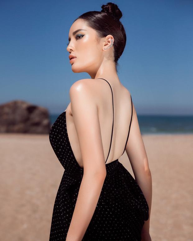 Chọn phong cách trang điểm cá tính với màu mắt xanh, kiểu tóc búi cao giúp Kỳ Duyên tăng thêm vẻ cá tính, khoe trọn bờ vai quyến rũ.