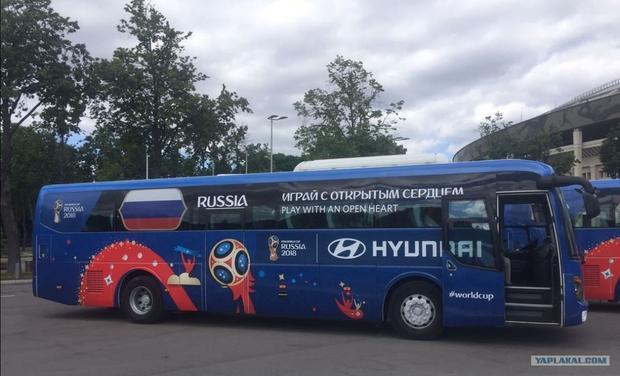 """Thể hiện rõ sự mến khách trong vai trò chủ nhà, xe buýt đội tuyển Nga sử dụng slogan """"Играй С Открытым Сердцем"""" (tạm dịch: Chơi bóng với một trái tim rộng mở)."""