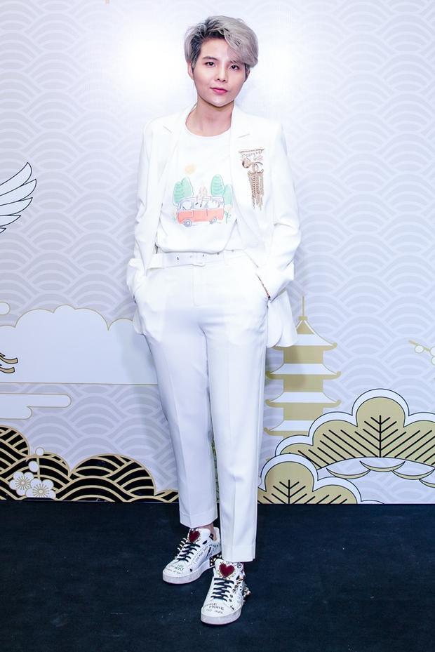 Vũ Cát Tường xuất hiện cá tính với vest trắng tại sự kiện.