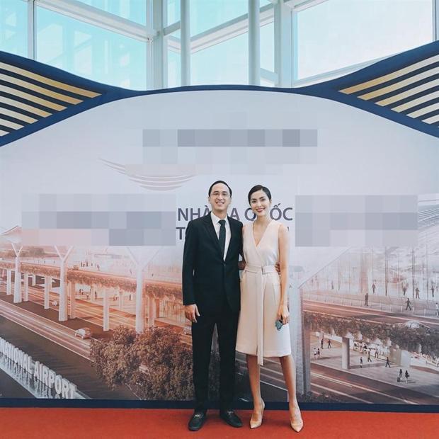 """Hà Tăng cùng chồng """"trốn con"""" đi dự sự kiện. Trong bức ảnh, ngọc nữ của làng điện ảnh Việt vô cùng rạng rỡ và kiêu sa. Phải công nhận một điều, Hà Tăng càng ngày càng trẻ."""